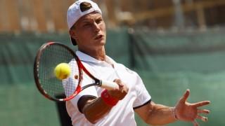 Siófok, 2015. július 17. Fucsovics Márton játszik a bosznia-hercegovinai Tomislav Brkic ellen a Davis Kupa teniszbajnokság férfi egyes, euro-afrikai zóna II-es csoportjának 2. fordulójában Siófokon 2015. július 17-én. MTI Fotó: Varga György