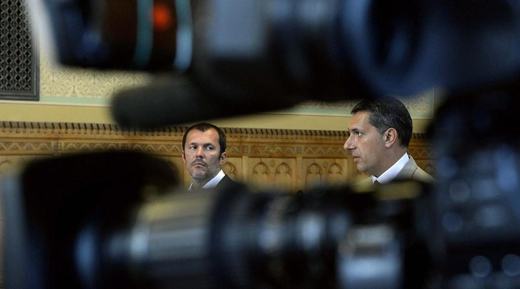 Budapest, 2015. szeptember 17.Lázár János, a Miniszterelnökséget vezető miniszter (j) és Giró-Szász András kormányzati kommunikációért felelős államtitkár sajtótájékoztatót tart az Országházban 2015. szeptember 17-én.MTI Fotó: Bruzák Noémi