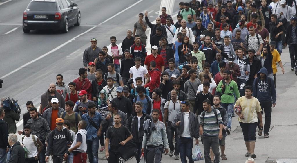 Budapest, 2015. szeptember 5. A Keleti pályaudvarról indult illegális bevándorlók gyalogolnak Ausztria felé az Erzsébet hídon 2015. szeptember 5-én. Ausztria a szükséghelyzet miatt beengedi a Magyarországról érkezõ migránsokat. MTI Fotó: Szigetváry Zsolt