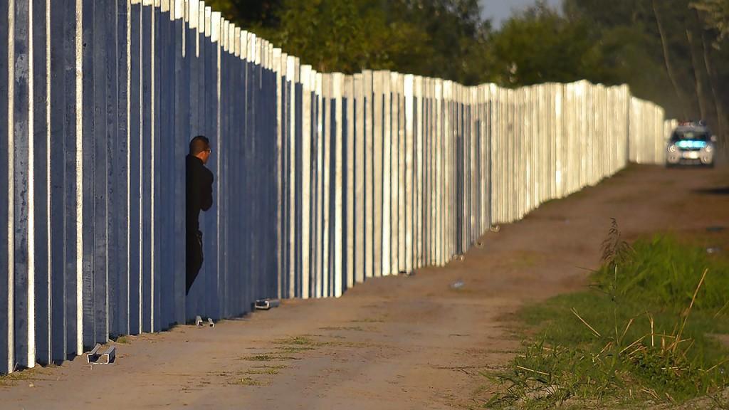 Röszke, 2015. szeptember 7.Egy illegális bevándorló érkezik Magyarországra az ideiglenes határzáron át a Horgos-Szeged vasútvonal közelében, Röszke határában 2015. szeptember 7-én.MTI Fotó: Molnár Edvárd
