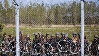 Röszke, 2015. szeptember 14. Katonák a magyar-szerb határon, az ideiglenes biztonsági határzár mellett, a Horgos-Szeged vasútvonal közelében, Röszke térségében 2015. szeptember 14-én. MTI Fotó: Mohai Balázs