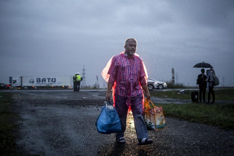 Hegyeshalom, 2015. szeptember 5.Busszal érkezett illegális bevándorló a hegyeshalmi magyar-osztrák határ osztrák oldalán 2015. szeptember 5-én. A központi operatív törzs úgy döntött, hogy az éjszaka folyamán autóbuszokat vezényel a Keleti pályaudvarhoz és a M1-es autópályához, és felajánlják az ott tartózkodó bevándorlóknak, hogy a hegyeshalmi határátlépési ponthoz szállítják őket. Ausztria a szükséghelyzet miatt beengedi a Magyarországról érkező migránsokat.MTI Fotó: Mohai Balázs