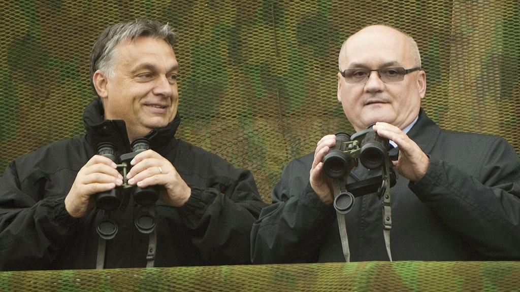 Öskü, 2014. október 2.Orbán Viktor miniszterelnök (b) és Hende Csaba honvédelmi miniszter a Közös fellépés 2014 hadgyakorlaton a Kőröshegyi lőtéren 2014. október 2-án.MTI Fotó: Koszticsák Szilárd