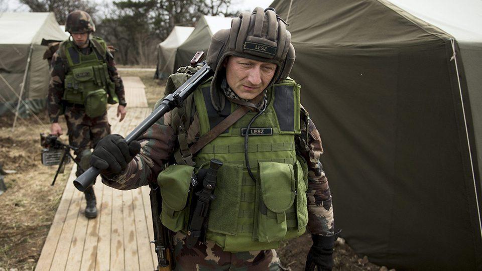 Bakonykúti, 2015. március 25.Katonák készülődnek a Somlyói Szablya 2015 elnevezésű hadgyakorlaton a honvédség bakonykúti kiképzőbázisán 2015. március 25-én. Az MH 25. Klapka György Lövészdandár irányításával közel százhatvan katona vesz részt húsz BTR-80 típusú harcjárművel az éleslövészettel összekötött harcászati feladatok begyakorlásán.MTI Fotó: Koszticsák Szilárd