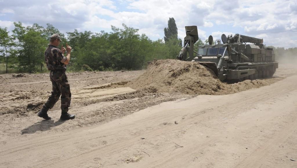 Mórahalom, 2015. július 14. A Magyar Honvédség BAT-2 típusú lánctalpas bulldózere tereprendezési munkát végez az ideiglenes biztonsági határzár 150 méteres mintaszakaszának építése során a magyar-szerb határon, Mórahalom térségében 2015. július 14-én. MTI Fotó: Kelemen Zoltán Gergely
