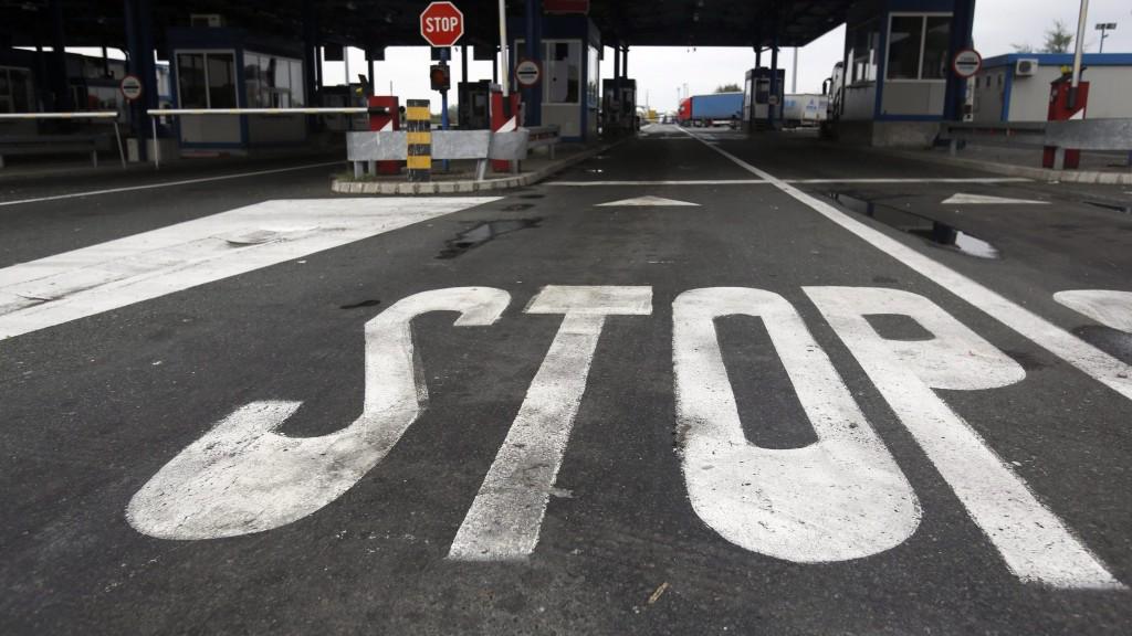 Batrovci, 2015. szeptember 24. Néptelen a Szerbia és Horvátország közötti határállomás szerbiai oldala a Belgrádtól mintegy 100 kilométerre nyugatra fekvõ Batrovcinál 2015. szeptember 24-én. Az illegális bevándorlók okozta válság miatt kirobbant vita miatt Horvátország lezárta határátkelõit a szerb rendszámú jármûvek elõtt, válaszul pedig Szerbia nem engedi be területére a horvát teherautókat és árukat. (MTI/AP/Darko Vojinovic)