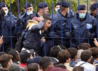 Berkasovo, 2015. szeptember 26. Horvát határõrök nyugalomra intik az illegális bevándorlókat, akik  a szerbiai Berkasovóban várakoznak arra, hogy beengedjék õket Horvátországba 2015. szeptember 25-én. (MTI/EPA/Antonio Bat)