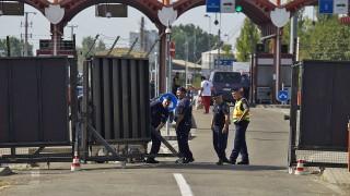 Beremend, 2015. szeptember 23.Műszaki zárként használható gördülő kapu működésének próbáját végzik rendőrök a magyar-horvát határon, a beremendi határátkelőhelyen 2015. szeptember 23-án.MTI Fotó: Balogh Zoltán