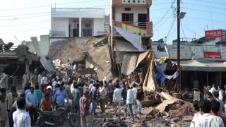 Petlavad, 2015. szeptember 12. Helyiek az India középsõ részén elterülõ Madhja Prades szövetségi államban fekvõ Petlavadban történt éttermi gázrobbanás helyszínén 2015. szeptember 12-én. A robbanásban legkevesebb húsz ember életét vesztette és mintegy harmincöten megsebesültek. (MTI/AP/Manodzs Dzsáni)