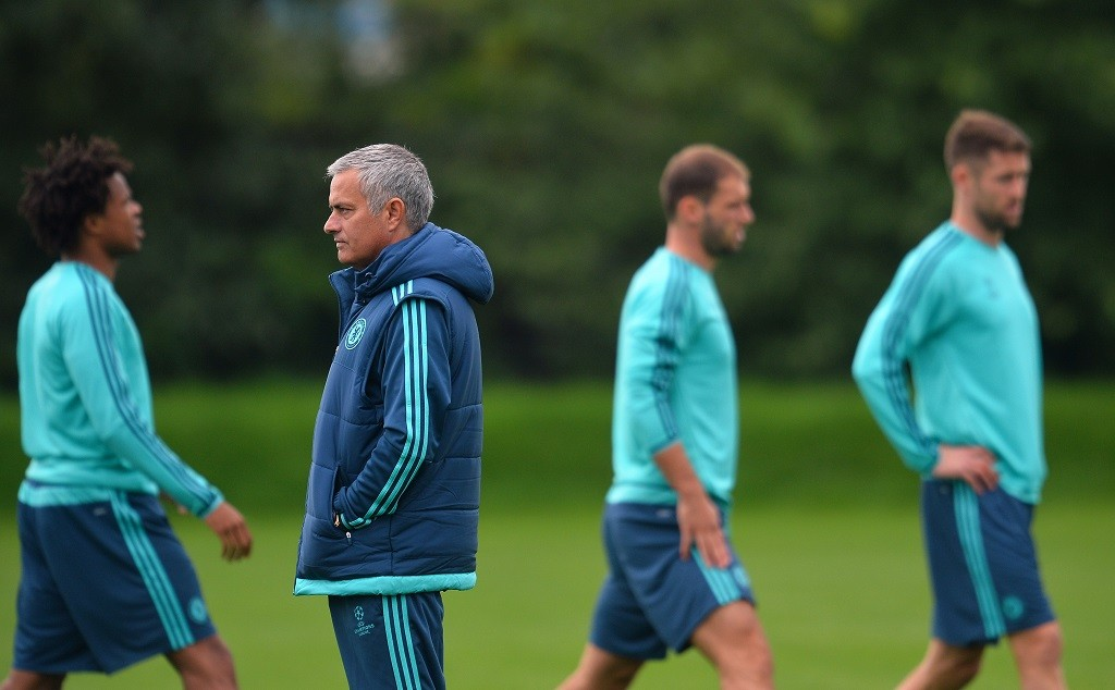 Chelsea's Portuguese manager Jose Mourinho (2nd L) looks on during a training session at Chelsea's training ground, in Stoke D'Abernon, near London, on September 15, 2015, ahead of the team's forthcoming UEFA Champions League group G football match against Maccabi Tel Aviv.     AFP PHOTO / GLYN KIRK