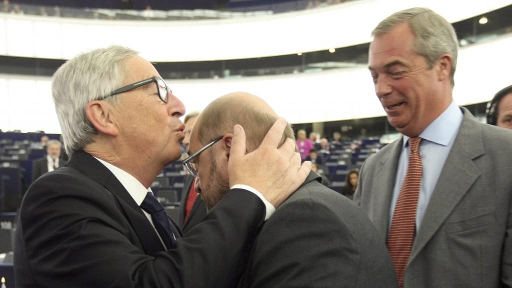 Strasbourg, 2015. szeptember 9. Jean-Claude Juncker, az Európai Bizottság elnöke (b) fejen csókolja Martin Schulzot, az Európai Parlament elnökét (k) évértékelõ beszéde elõtt az Európai Parlament plenáris ülésén Strasbourgban 2015. szeptember 9-én. Jobbról Nigel Farage, az Egyesült Királyság Függetlenség Pártjának (UKIP) elnöke. (MTI/AP/Christian Lutz)