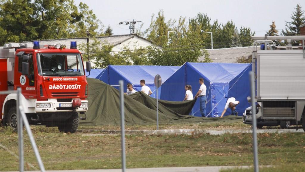 Körmend, 2015. szeptember 10. A 600 illegális bevándorló elszállásolására alkalmas új ideiglenes gyűjtőpont sátrait állítják a Körmendi Rendészeti Szakközépiskola udvarán 2015. szeptember 10-én. MTI Fotó: Varga György