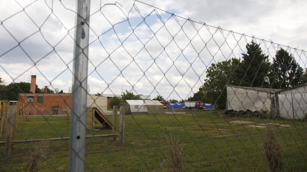 Körmend, 2015. szeptember 10. A 600 illegális bevándorló elszállásolására alkalmas új ideiglenes gyűjtőpont a Körmendi Rendészeti Szakközépiskola udvarán 2015. szeptember 10-én. MTI Fotó: Varga György