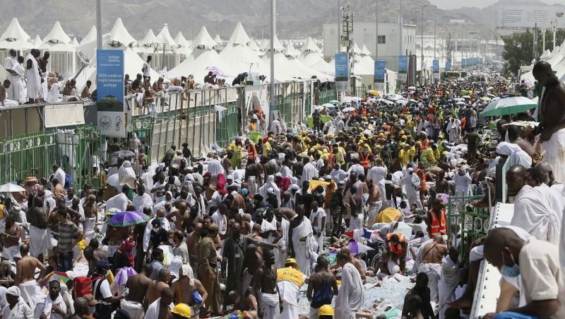 Mina, 2015. szeptember 24. Áldozatok között muzulmán zarándokok és mentõk a Mekkától 5 km-re délkeletre fekvõ Minában 2015. szeptember 24-én, miután legalább kétszázhúsz halálos áldozatot követelõ tülekedés volt a mekkai zarándoklaton, a háddzson. (MTI/AP)
