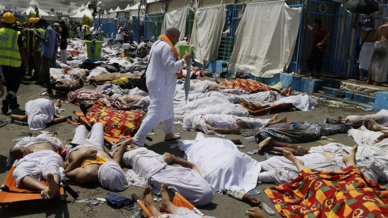 Mina, 2015. szeptember 24. Áldozatok között egy muzulmán zarándok a Mekkától 5 km-re délkeletre fekvõ Minában 2015. szeptember 24-én, miután legalább kétszázhúsz halálos áldozatot követelõ tülekedés volt a mekkai zarándoklaton, a háddzson. (MTI/AP)