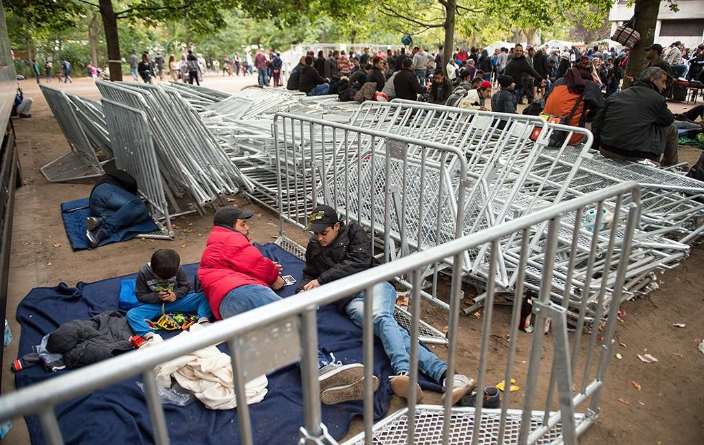 Berlin, 2015. szeptember 26.Illegális bevándorlók várakoznak fémkordonok mellett a menedékkérőket regisztráló egészségügyért és szociális ügyekért felelős tartományi hivatal, a LaGeSo egyik irodája előtt, Berlinben 2015. szeptember 26-án. (MTI/AP/Bernd Von Jutrczenka)