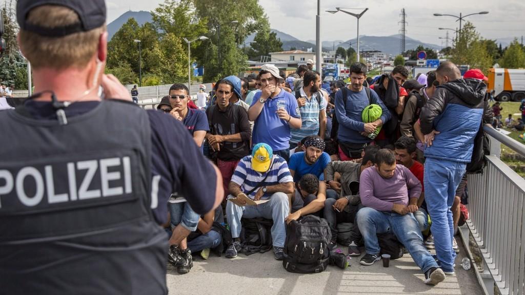 Freilassing, 2015. szeptember 18.Németországba igyekvő illegális bevándorlók az osztrák-német határ német oldalán fekvő Freilassingnál 2015. szeptember 17-én. (MTI/EPA/Marc Müller)