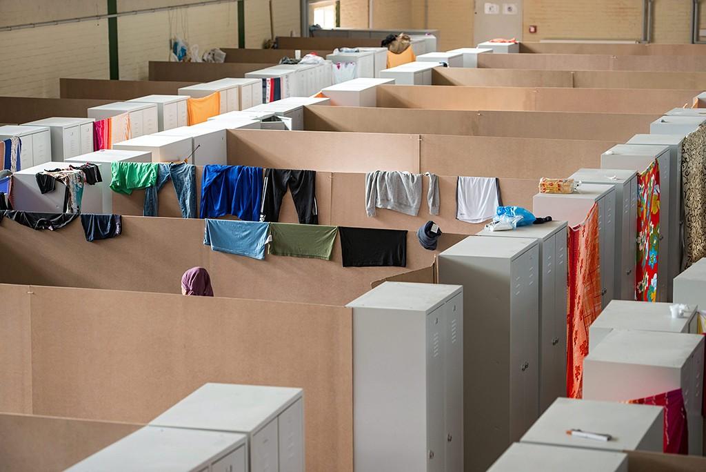 Regensburg, 2015. szeptember 26.Illegális bevándorlók ruhái egy befogadóközponttá alakított tornacsarnokban a németországi Regensburgban 2015. szeptember 25-én.  (MTI/EPA/Armin Weigel)