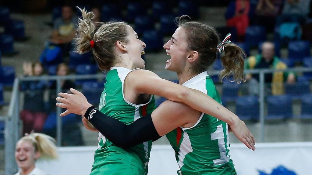Antwerpen, 2015. szeptember 28. Tálas Zsuzsanna (b) és Pallag Ágnes ünnepel a nõi röplabda Európa-bajnokság B csoportjának harmadik fordulójában játszott Magyarország-Azerbajdzsán mérkõzés végén 2015. szeptember 28-án. A magyar válogatott 3-1-re gyõzött. (MTI/EPA/Laurent Dubrule)