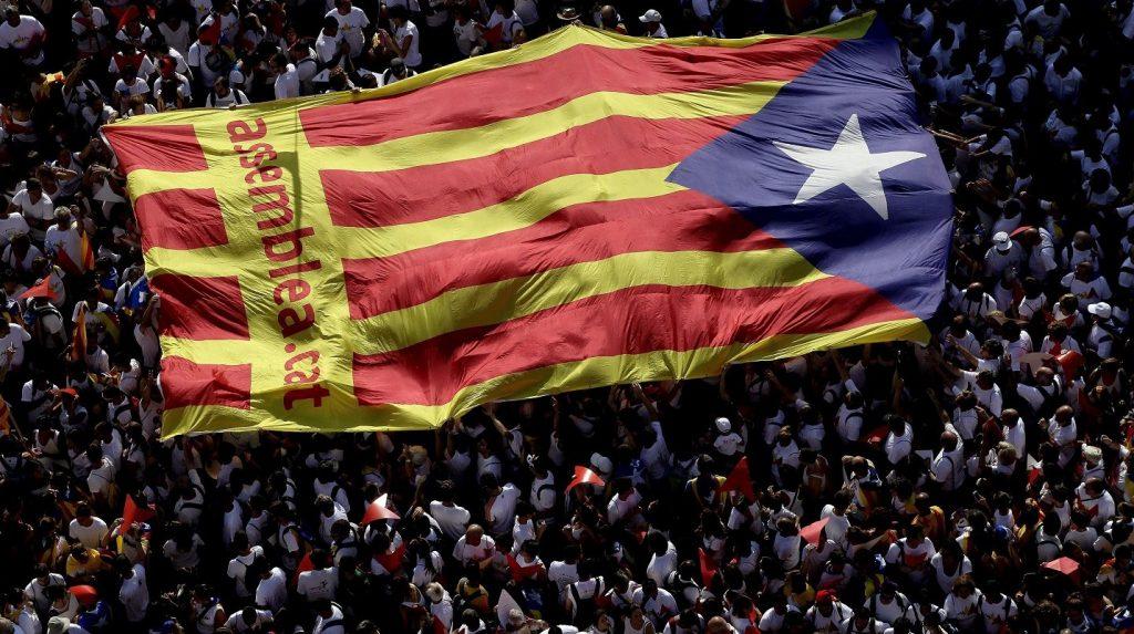 Barcelona, 2015. szeptember 11. Résztvevõk katalán nemzeti lobogót tartanak a magasba Katalónia nemzeti ünnepén, a Diada napon Barcelonában 2015. szeptember 11-én. (MTI/EPA/Alberto Estevez)
