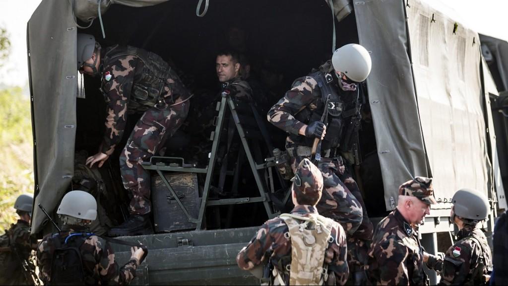 Röszke, 2015. szeptember 14. Katonák szállnak le a magyar-szerb határon, az ideiglenes biztonsági határzár mellett, a Horgos-Szeged vasútvonal közelében, Röszke térségében 2015. szeptember 14-én. MTI Fotó: Mohai Balázs