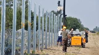 Kelebia, 2015. augusztus 30.Katonák és büntetés-végrehajtási dolgozók az ideiglenes biztonsági határzár kiépítésén dolgoznak a gyorstelepítésű drótakadály mellett Kelebiánál 2015. augusztus 30-án. Kiépült a műszaki határzár első szakasza, a drótakadállyal párhuzamosan a teljes szakaszon megépül az ideiglenes biztonsági határzár is.MTI Fotó: Máthé Zoltán