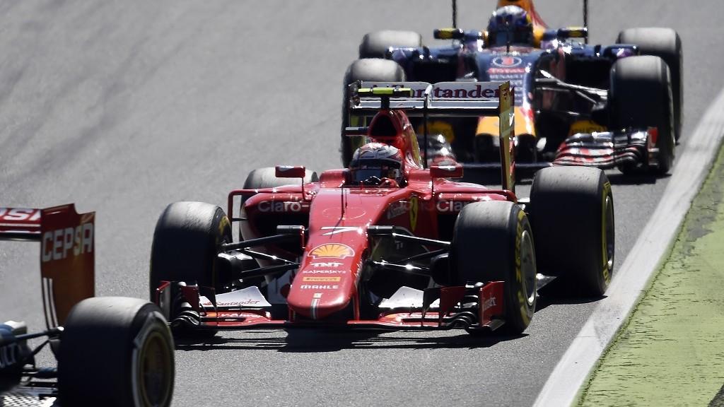 Ferrari's Finnish driver  Kimi Raikkonen (L) drives ahead of Infiniti Red Bull Racing's Australian driver Daniel Ricciardo during the Italian Formula One Grand Prix at the Autodromo Nazionale circuit in Monza on September 6, 2015.  AFP PHOTO / OLIVIER MORIN