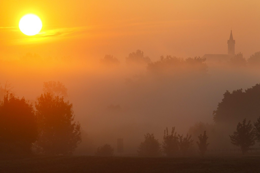 Sormás, 2015. augusztus 28. Köd napfelkeltekor a Zala megyei Sormás közelében 2015. augusztus 28-án. MTI Fotó: Varga György