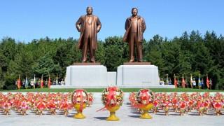 Nampo, 2015. szeptember 7. A KCNA észak-koreai hírügynökség által 2015. szeptember 7-én közzétett kép a Kim Ir Szen (b) és Kim Dzsong Il néhai észak-koreai vezetõket ábrázoló óriásszobrokról az avatási ünnepségen Nampo kikötõvárosban szeptember 6-án. A szobrokat a Koreai Munkapárt alapításának közelgõ hetvenedik évfordulója alkalmából emelték. (MTI/EPA/KCNA)