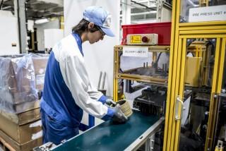 Tatabánya, 2015. szeptember 4. Egy munkás az autóalkatrész-gyártó japán Exedy Dynax tatabányai gyárában 2015. szeptember 4-én. A gyár bõvítésével a cég 7,2 milliárd forintos beruházással 130 új munkahelyet teremtett. MTI Fotó: Bodnár Boglárka