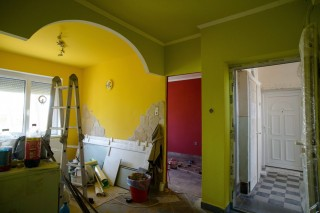 Bátonyterenye, 2013. március 20. Egy felújítás alatt álló lakás Bátonyterenyén a Liget út 24-es számú társasházban 2013. március 20-án. A társasházban közel egy éve robbanás történt. Mára a helyreállítás nagyrészt befejezõdött, de a lakók még mindig nem tudnak visszaköltözni, mert a biztosító nem fizette ki a teljes helyreállítási költséget. MTI Fotó: Komka Péter