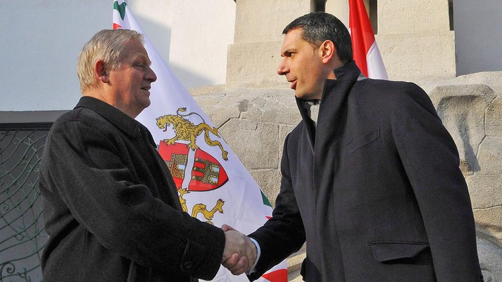 Budapest, 2012. december 6.Lázár János, a Miniszterelnökséget vezető államtitkár (k) és Tarlós István főpolgármester (b) kezet fog Persányi Miklós, a Fővárosi Állat- és Növénykert igazgatója társaságában az állatkert felújított főkapuja előtt 2012. december 6-án. A főkapu műemléki rekonstrukciója 260 millió forint összköltségű beruházás volt, amelyből 140 millió forint az uniós támogatás.MTI Fotó: Kovács Attila