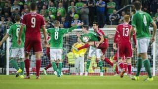 Belfast, 2015. szeptember 7. Az ír Kyle Lafferty és Guzmics Richárd (középen b-j) a labdarúgó Európa-bajnoki selejtezõk F csoportjában játszott Észak-Írország - Magyarország mérkõzésen a belfasti Windsor Park Stadionban 2015. szeptember 7-én. MTI Fotó: Illyés Tibor
