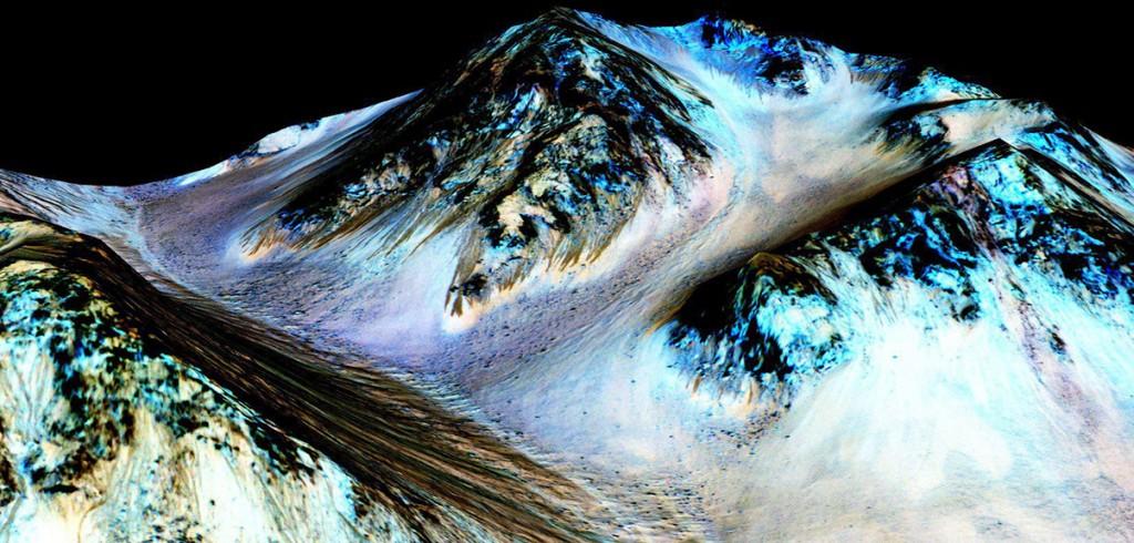 Világűr, 2015. szeptember 28.Az amerikai Országos Repülésügyi és Űrkutatási Hivatal, a NASA által 2015. szeptember 28-án közreadott kép, amelyet a Mars Reconnaissance Orbiter (MRO) amerikai Mars-kutató űrszonda készített a vörös bolygó felszínéről. A képen látható sötét, keskeny, mintegy 100 méter hosszú csíkokról a tudósok azt feltételezik, hogy azokat folyékony sós víz lefolyása okozta a lejtős részeken nyári időszakban.  (MTI/AP/NASA/JPL/University of Arizona)