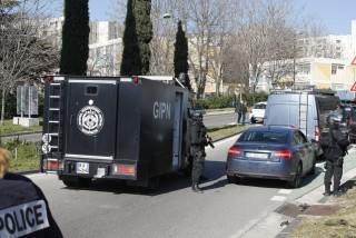 Marseille, 2015. február 9. Rendõrök lezárják a marseille-i Castellane lakótelep felé vezetõ utat 2015. február 9-én, miután csuklyás támadók Kalasnyikov-géppisztollyal lõttek részben rendõrökre, részben vaktában a lakótelep szélén. A francia miniszterelnök délután Marseille-be tervezett látogatást. A negyedben rendszeres a kábítószer-terjesztõ bandák garázdálkodása és az erõszak. (MTI/AP/Claude Paris)