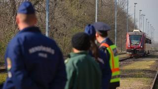 Szeged, 2014. március 26.A röszkei vasútállomásra érkező szerb szerelvény 2014. március 26-án. Több politikus és gazdasági szakember együtt utazta végig a két alföldi város, Szeged és Szabadka közötti, több mint kétórás utat, amelynek végén megállapították: nem fogadható el, hogy a 40 kilométeres útszakasz felénél, a határon még át is kell szállni.MTI Fotó: Molnár Edvárd