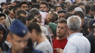 Budapest, 2015. szeptember 6. Illegális bevándorlókat engednek a rendõrök felszállni a Hegyeshalomra induló menetrend szerinti vonatra a Keleti pályaudvaron 2015. szeptember 6-án. Négyszáz migráns fért fel a szerelvényre. MTI Fotó: Szigetváry Zsolt