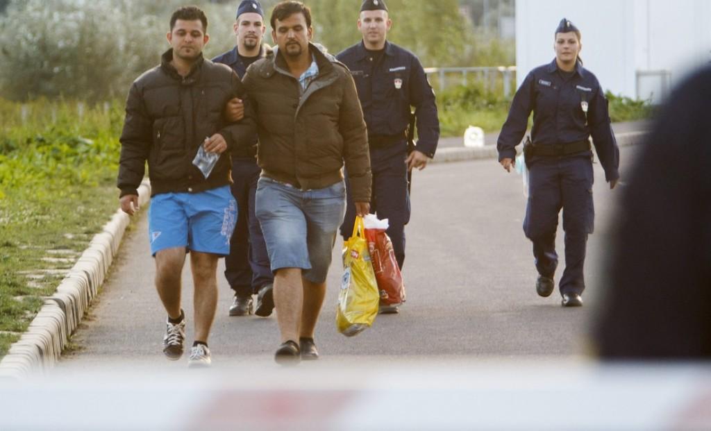 Letenye, 2015. szeptember 20. Illegális bevándorlókat kísérnek rendõrök a letenyei határátkelõhelynél, a magyar-horvát határon 2015. szeptember 20-án. A településre a horvátországi Felsõtárnokból (Tovarnik) érkeztek a migránsok. MTI Fotó: Varga György