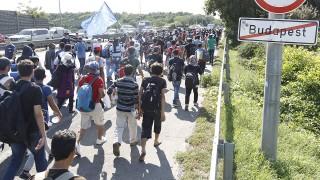 Budapest, 2015. szeptember 4.A Keleti pályaudvartól indult illegális bevándorlók vonulnak Budapest határában az M1-M7-es autópálya kivezető szakaszán - elmondásuk szerint Németországba tartanak - 2015. szeptember 4-én.MTI Fotó: Szigetváry Zsolt