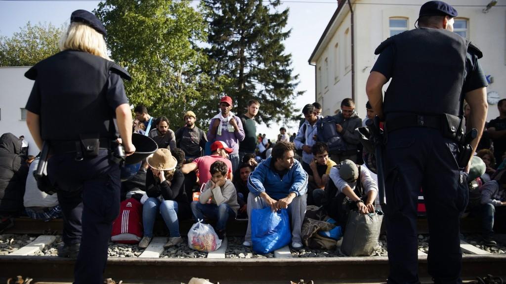 Tovarnik, 2015. szeptember 19. Illegális bevándorlók várakoznak a horvátországi Tovarnik vasútállomásán 2015. szeptember 19-én. Ezen a napon a délelõtti órákban újabb migránsáradat indult el a szerb-horvát határon fekvõ Tovarnik felé Szerbiából. MTI Fotó: Balogh Zoltán