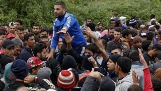 Berkasovo, 2015. szeptember 26. Illegális bevándorlók várakoznak a szerbiai Berkasovóban arra, hogy beengedjék õket Horvátországba 2015. szeptember 25-én. (MTI/EPA/Antonio Bat)