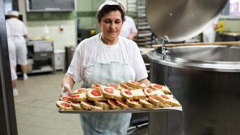 Nyíregyháza, 2014. május 10.Tízórait visz egy dolgozó a nyíregyházi Görögkatolikus Általános Iskola konyhájában 2014. május 9-én. Megjelent a szeptember elsejétől hatályos közétkeztetésről szóló rendelet, amely részletesen szabályozza a többek között az iskolai menzákon, kórházakban adandó ételek elkészítését és tápanyagtartalmát. Tilos lesz többek között a szénsavas, vagy cukrozott üdítő, a magas zsírtartalmú húskészítmény, s rögzítették azt is, hogy nem tehetnek az asztalra só- és cukortartót. Előírták továbbá, hogy a közétkeztetésben fokozatosan csökkenteni kell a napi bevitt só mennyiségét.MTI Fotó: Balázs Attila