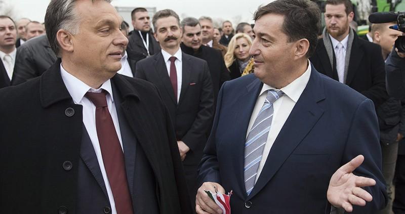 Alcsútdoboz, 2014. november 18.Orbán Viktor miniszterelnök és Mészáros Lőrinc (Fidesz-KDNP) felcsúti polgármester (középen, b-j) beszélget a Búzakalász 66 Felcsút Kft. bányavölgyi mangalicatelepének avatásán a Fejér megyei Alcsútdobozon 2014. november 18-án. Mögöttük Tessely Zoltán fideszes országgyűlési képviselő.MTI Fotó: Koszticsák Szilárd