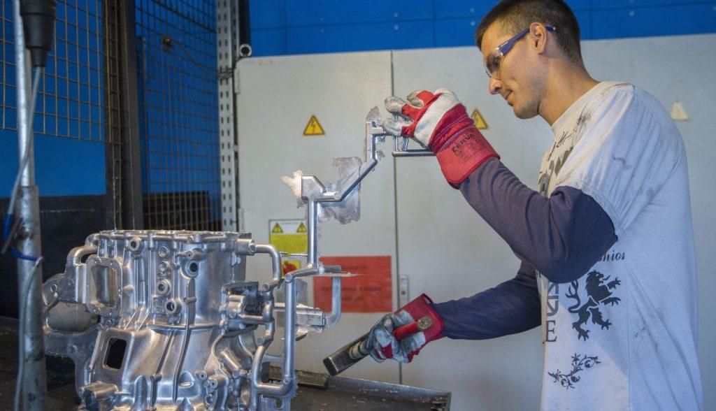 Békéscsaba, 2015. augusztus 27. Precíziós robot készítette alkatrészt kezel egy dolgozó a Csaba Metál Zrt. békéscsabai telephelyén 2015. augusztus 27-én. A cég a gépjármûipar számára nagy pontosságú alkatrészektõl kezdve a bútoripari és mezõgazdasági munkagép alkatrészekig közel 80 féle terméket gyárt Békéscsabán. A 100 százalékban magántulajdonban lévõ vállalat a következõ 3 évben több mint 15 millió euró értékû munkahelyteremtõ fejlesztést kíván végrehajtani. MTI Fotó: Rosta Tibor