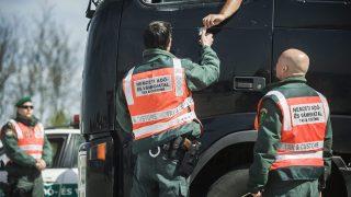 Lajosmizse, 2015. április 21. A Nemzeti Adó- és Vámhivatal Dél-alföldi Regionális Vám- és Pénzügyõri Fõigazgatósága munkatársai az ekáer-ellenõrzés (elektronikus közúti áruforgalom ellenõrzõ rendszer) részeként egy kamionsofõr okmányait kérik el az M5-ös autópálya lajosmizsei tengelysúlymérõ állomásán 2015. április 21-én. A március óta élesben mûködõ ekáer az útdíjas hálózatra alapozva nyomon követi a jármûvek mozgását, ezzel megoldja azt a korábbi problémát, hogy a jogsértések kapcsán az árumozgást nehezen lehetett azonosítani. MTI Fotó: Ujvári Sándor
