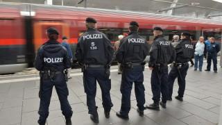 Salzburg, 2015. szeptember 14. Osztrák rendõrök a salzburgi fõ vasútállomáson 2015. szeptember 14-én, miután szeptember 13-án Németország ideiglenesen visszaállította a határellenõrzést. Az intézkedés súlypontja a német-osztrák határ, célja pedig a Németországba igyekvõ emberek áradatának korlátozása, és az, hogy ismét rendezett keretek között történõ folyamat legyen a belépés az országba. (MTI/AP/Kerstin Joensson)