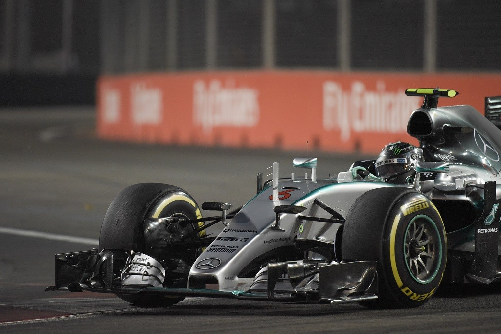 Mercedes AMG Petronas F1 Team's German driver Nico Rosberg takes a corner during the first free practice session of the Formula One Singapore Grand Prix in Singapore on September 18, 2015. AFP PHOTO / MOHD RASFAN