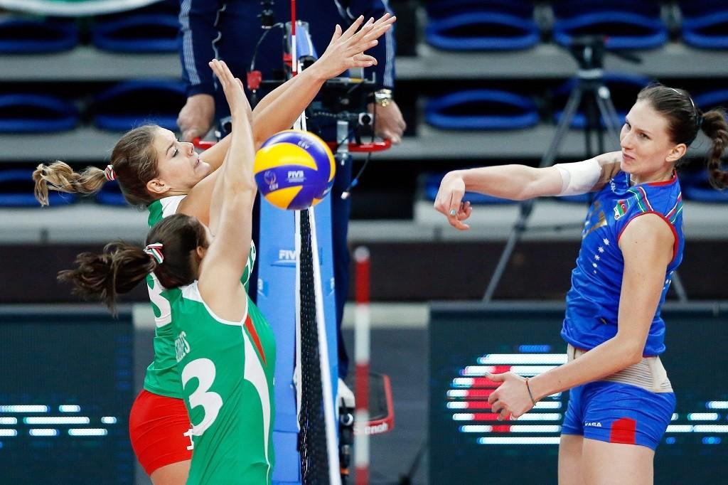 Antwerpen, 2015. szeptember 28. Széles Petra és Tálas Zsuzsanna (b) és az azerbajdzsáni Molina Rahimova a nõi röplabda Európa-bajnokság B csoportjának harmadik fordulójában játszott Magyarország-Azerbajdzsán mérkõzésen 2015. szeptember 28-án.(MTI/EPA/Laurent Dubrule)
