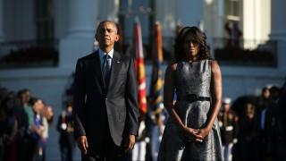 Washington, 2015. szeptember 11. Barack Obama amerikai elnök és felesége, Michelle Obama a washingtoni Fehér Ház déli szárnyának kertjében tartott megemlékezésen vesz részt 2015. szeptember 11-én, az Egyesült Államok elleni 2001. szeptember 11-i repülõgépes terrortámadások tizennegyedik évfordulóján. (MTI/AP/Andrew Harnik)