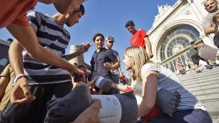 Budapest, 2015. szeptember 4.Illegális bevándorlóknak polifoam matracokat osztanak a Keleti pályaudvar előtt 2015. szeptember 4-én. A központi operatív törzs úgy döntött, hogy az éjszaka folyamán autóbuszokat vezényel a Keleti pályaudvarhoz és a M1-es autópályához, és felajánlják az ott tartózkodó bevándorlóknak, hogy a hegyeshalmi határátlépési ponthoz szállítják őket.MTI Fotó: Balogh Zoltán
